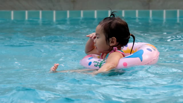 Little girl playing in the pool. video