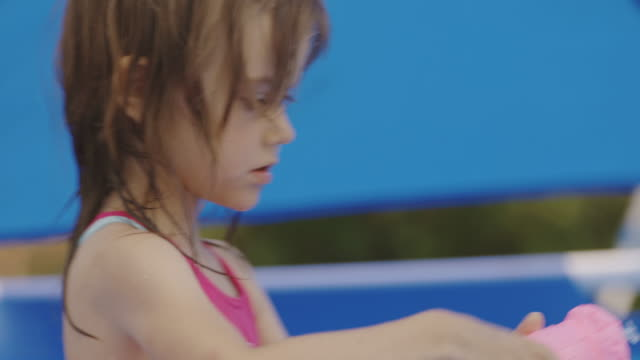 liten flicka som leker i poolen - endast flickor bildbanksvideor och videomaterial från bakom kulisserna