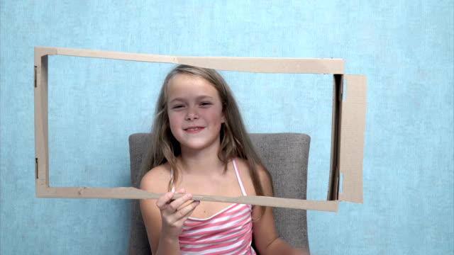vidéos et rushes de petite fille jouant comme elle est à la télé - interview