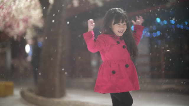 küçük kız kar oynarken - çocuk bayramı stok videoları ve detay görüntü çekimi