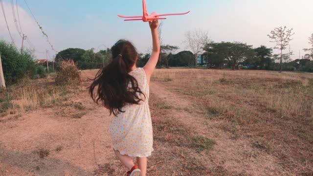 少女遊ぶおもちゃの飛行機 - child点の映像素材/bロール