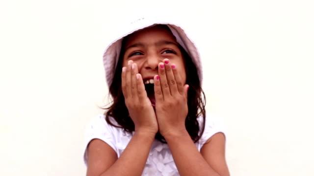 vídeos de stock, filmes e b-roll de retrato de menina pequena  - formato bruto