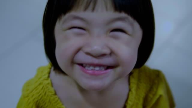 liten flicka stående - barndom bildbanksvideor och videomaterial från bakom kulisserna