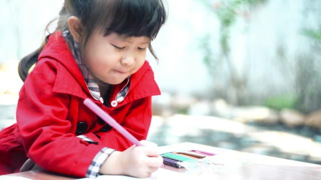 少女の家で文章を書く練習 - 勉強する点の映像素材/bロール
