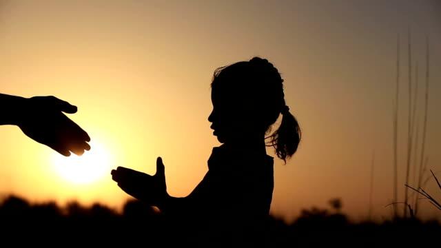 vídeos de stock, filmes e b-roll de menina silhueta de oração - agradecimento