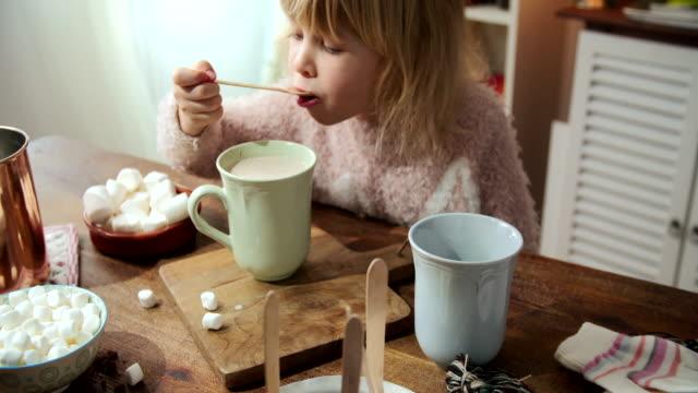 vídeos de stock, filmes e b-roll de garotinha preparação de chocolate quente - chocolate quente
