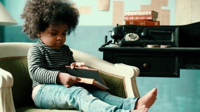 kleines mädchen liest eine buchgeschichte - 2 3 jahre stock-videos und b-roll-filmmaterial