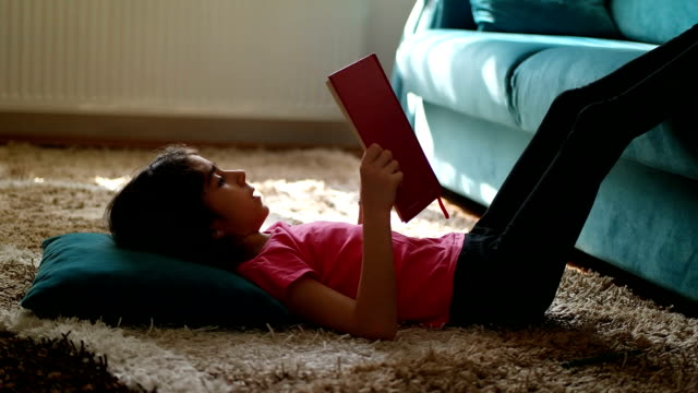 소녀만 독서모드 예약  - reading 스톡 비디오 및 b-롤 화면
