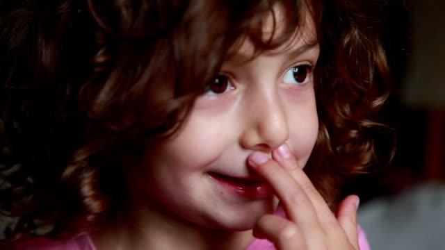 küçük kız sürtünme burun - burun vücut parçaları stok videoları ve detay görüntü çekimi