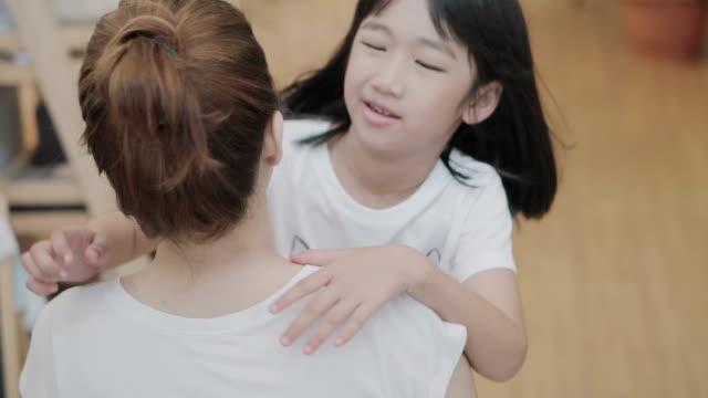vídeos de stock, filmes e b-roll de menina correndo para abraçar sua mãe. motion.4k lento - clipe
