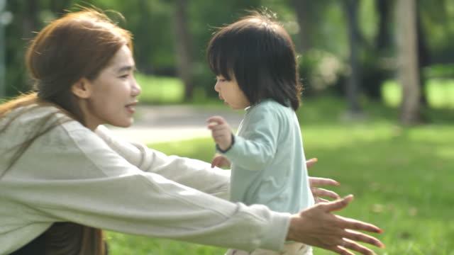 お母さんへ走る小さな女の子 - 母娘 笑顔 日本人点の映像素材/bロール