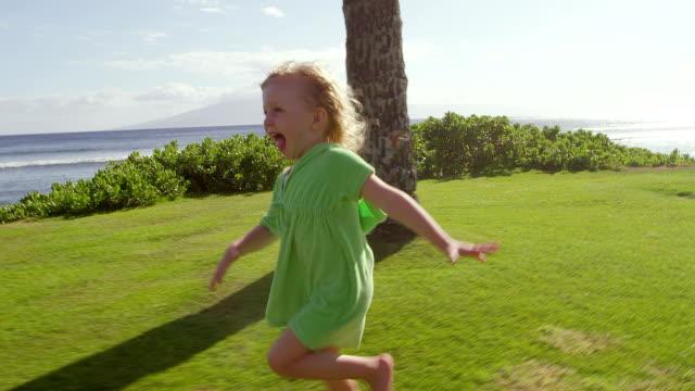 小さな女の子は姉妹から - 日常から抜け出す点の映像素材/bロール