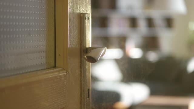 vídeos de stock, filmes e b-roll de menina higienizando maçaneta da porta com spray antibacteriano - higiene