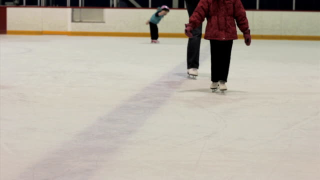 mały dziewczyna jazda na łyżwach na lodzie - łyżwa filmów i materiałów b-roll