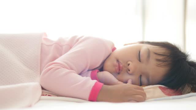 kleines mädchen schlafen  - 2 3 jahre stock-videos und b-roll-filmmaterial