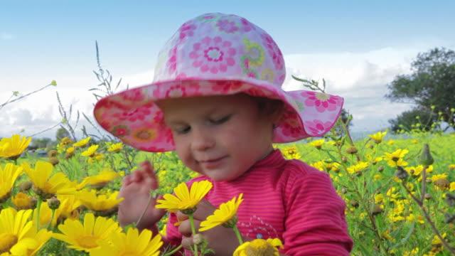 Kleines Mädchen, die spanische blauer Himmel und Blumen Wiese. Fröhlich video. – Video