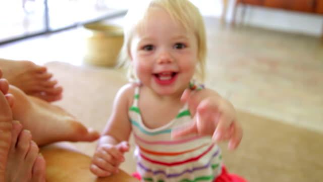 bambina in piedi tenendo su divano - avvicinarsi video stock e b–roll