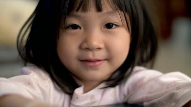 小さな女の子 (4-5 年) 研究と学習紙に書く - 4歳から5歳点の映像素材/bロール