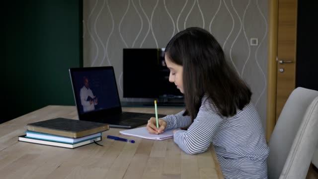 vídeos y material grabado en eventos de stock de niña que estudia educación a distancia en casa - stay home