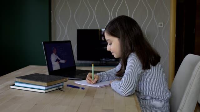 vídeos de stock, filmes e b-roll de menina estudando educação a distância em casa - salas de aula