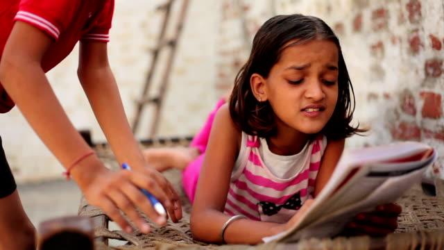 Bambina studiando - video