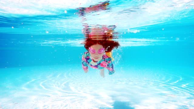 stockvideo's en b-roll-footage met zwemmen in zwembad blauwe water meisje - swimmingpool kids