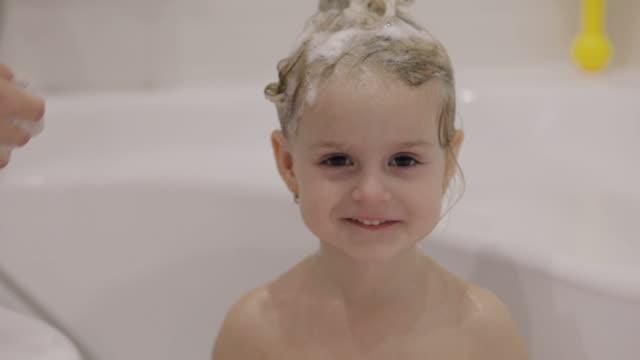 kleines mädchen, das ein bad nimmt - badewanne stock-videos und b-roll-filmmaterial