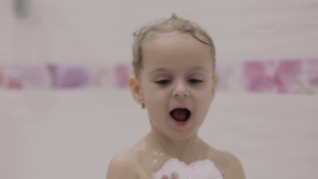 liten flicka som tar ett bad - baby bathtub bildbanksvideor och videomaterial från bakom kulisserna