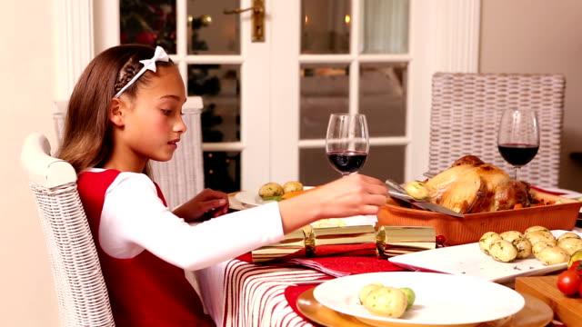 mała dziewczynka biorąc ziemniaki na świąteczny obiad - indyk pieczony filmów i materiałów b-roll