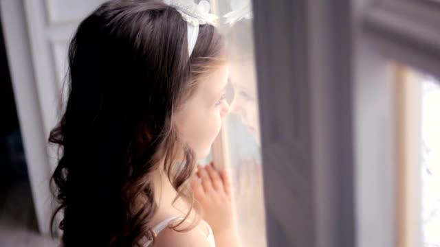 liten flicka tre år gammal i en vit klänning - snow kids bildbanksvideor och videomaterial från bakom kulisserna