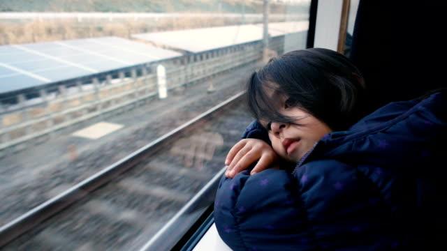 少女は窓の外の鉄道の旅します。 - 列車点の映像素材/bロール