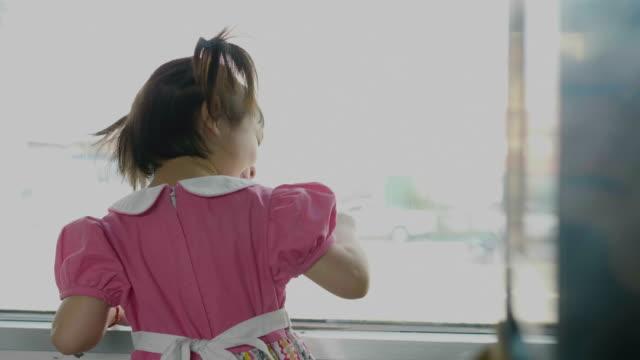 stockvideo's en b-roll-footage met meisje reizen in de trein op zoek buiten het venster. - raam bezoek