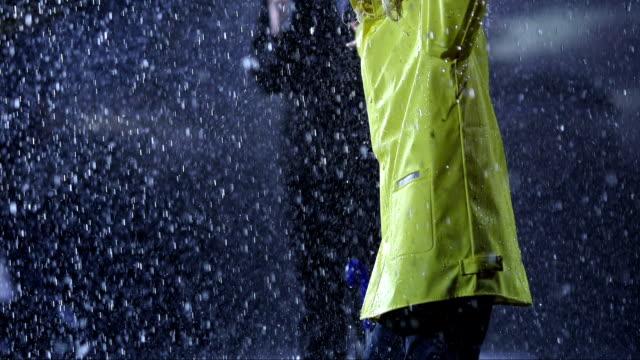 vídeos de stock e filmes b-roll de rapariga retorcer na chuva - guarda chuva