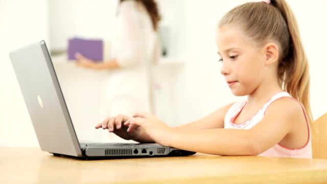 bambina utilizzando un computer portatile - 8 9 anni video stock e b–roll