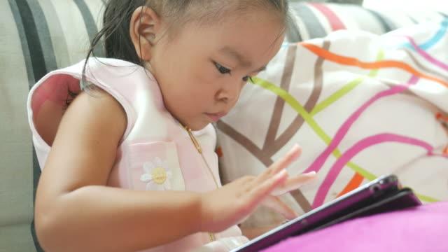 vídeos de stock, filmes e b-roll de menina usando tablet digital - salas de aula