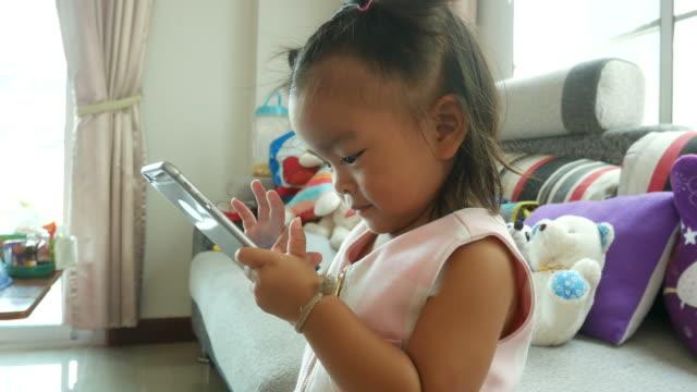 vídeos de stock, filmes e b-roll de menina usando telefone - salas de aula