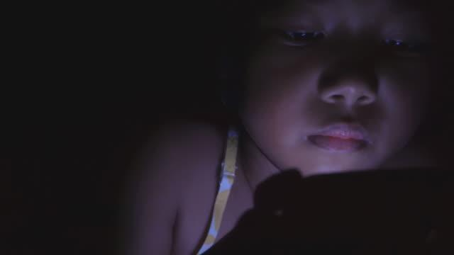 liten flicka som använder tablet på att växa upp med teknik - digital reading child bildbanksvideor och videomaterial från bakom kulisserna