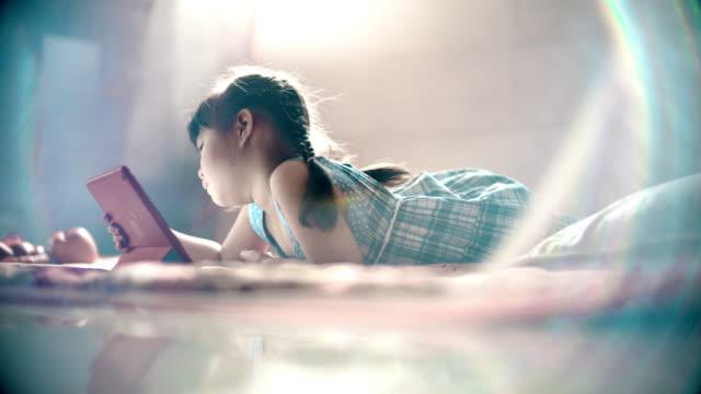 少女の寝室でタブレットを使用して - child点の映像素材/bロール