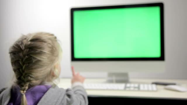 vídeos de stock e filmes b-roll de rapariga a ver desenhos animados no computador - tv e familia e ecrã