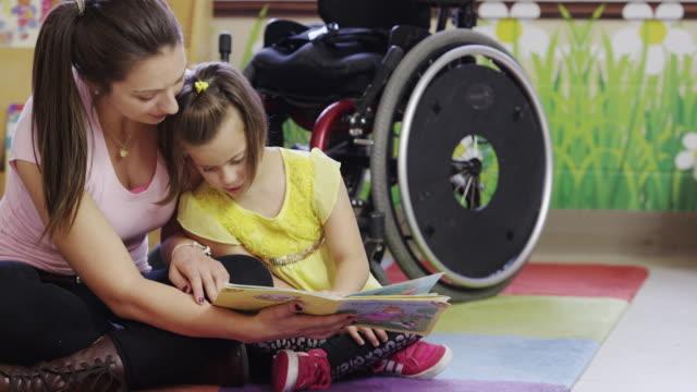 liten flicka med cerebral pares - fysiskt funktionshinder bildbanksvideor och videomaterial från bakom kulisserna