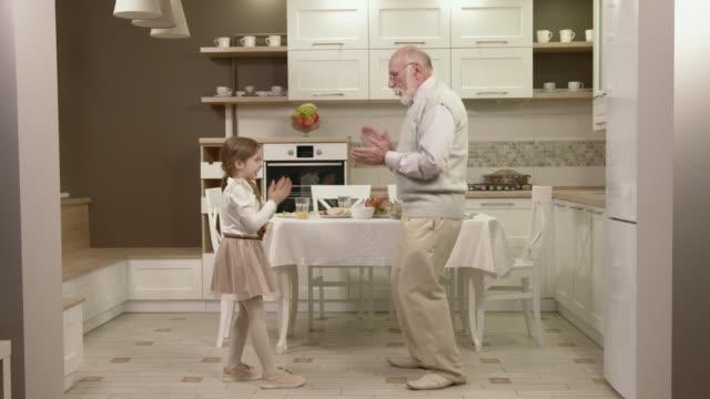 vídeos y material grabado en eventos de stock de niña con su abuelo divertirse y bailar - árboles genealógicos