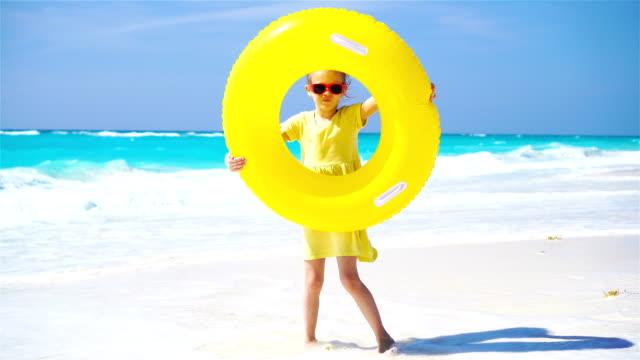 liten flicka med uppblåsbara gummi cirkel på strandsemester - inflatable ring bildbanksvideor och videomaterial från bakom kulisserna