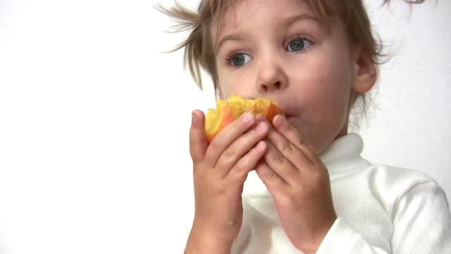 bambina con pesca - pesche bambino video stock e b–roll