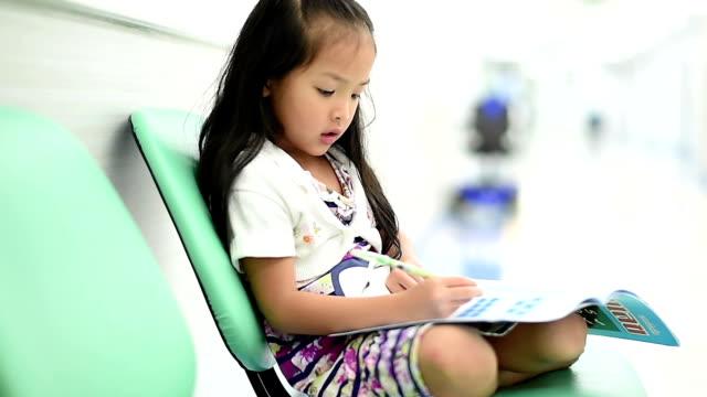 小さな女の子書き込み、さて宿題です ビデオ
