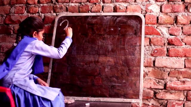 vidéos et rushes de petite fille écrit sur le tableau - extérieurs d écoles