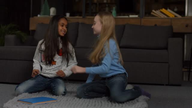 stockvideo's en b-roll-footage met weinig vriendinnen verzoening na ruzie - swearing