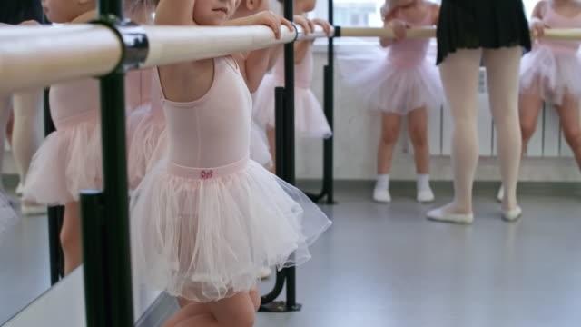 女の子ダンス クラスの前に - チュール生地点の映像素材/bロール