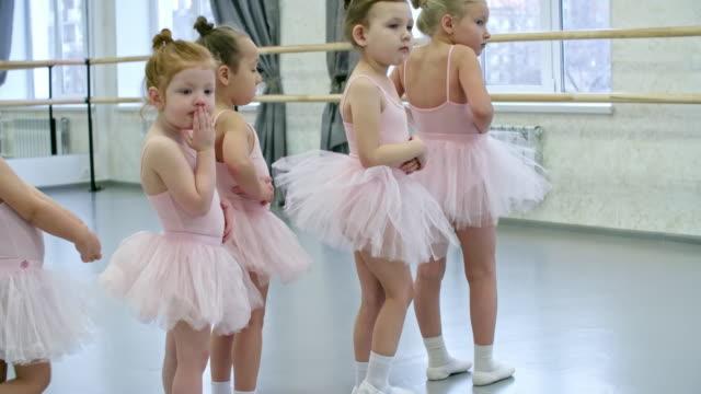 vídeos de stock e filmes b-roll de little girls having ballet class - tule têxtil