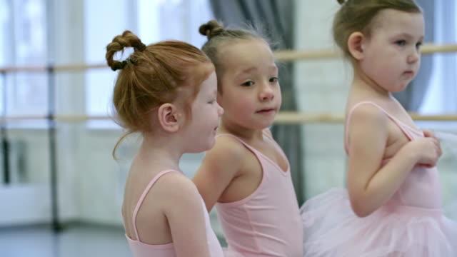 vídeos de stock e filmes b-roll de little girls in ballet clothes - tule têxtil