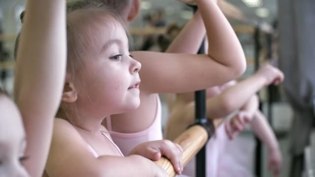 små flickor i balett studio - gympingdräkt bildbanksvideor och videomaterial från bakom kulisserna